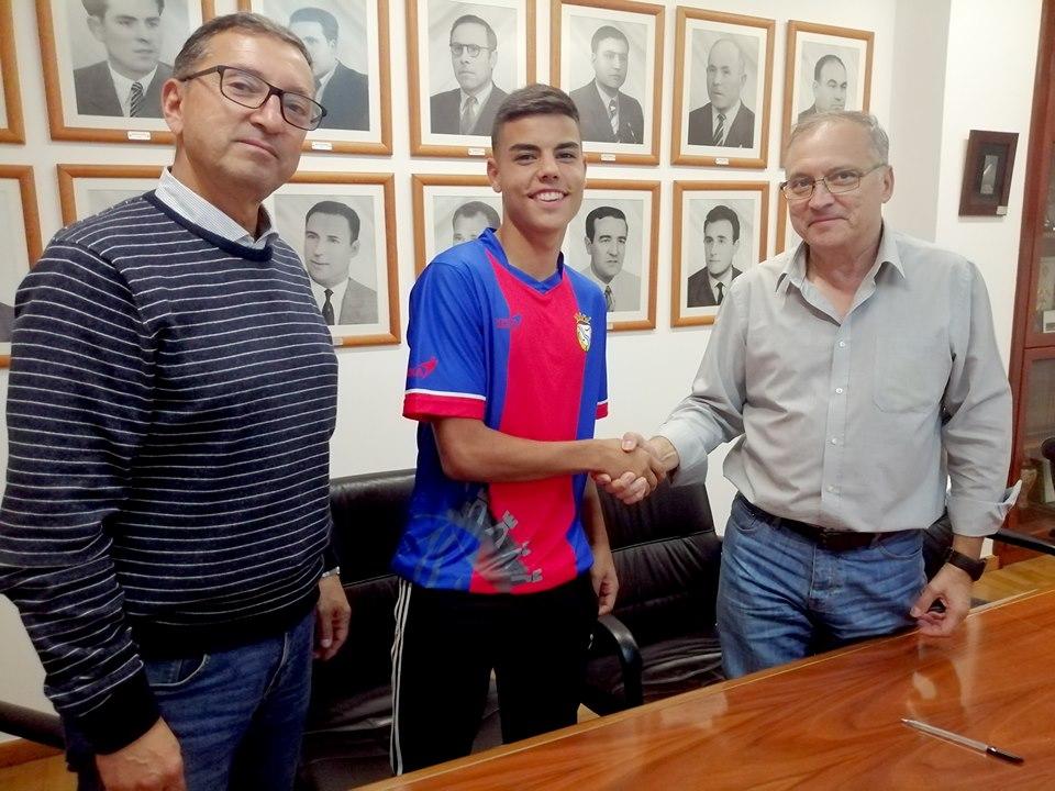 O Futebol Clube de Alverca assina contrato de formação com o Guga